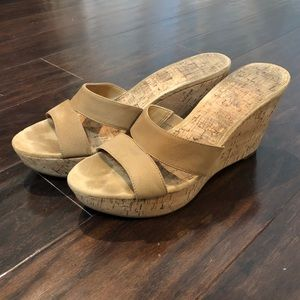 Nine West / tan wedges